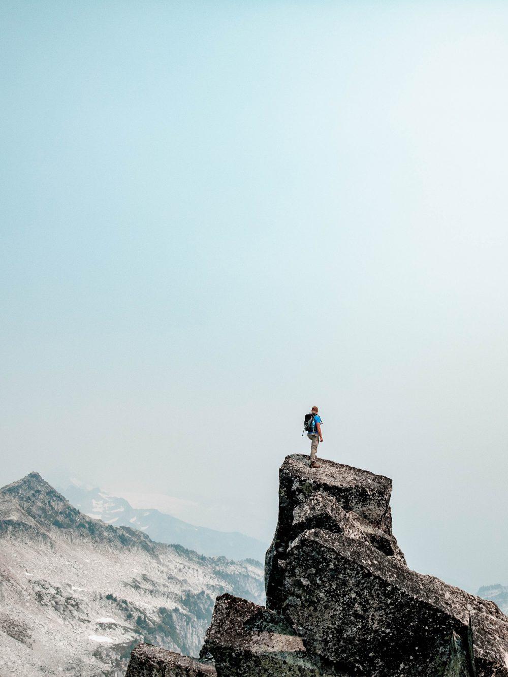 En man högt på ett berg för att illustrera personlig utveckling
